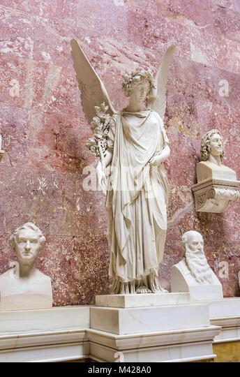 Büsten von berühmten Deutschen und allegorischen Engel Statue in der Ruhmeshalle Walhalla in Donaustauf Stockbild