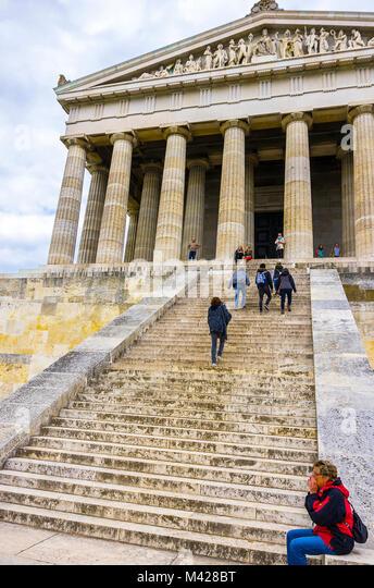 Szene mit Touristen an der Südseite der Ruhmeshalle Walhalla in Donaustauf an der Donau in der Nähe von Stockbild