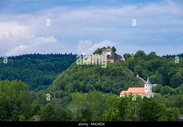 Schlossberg mit Burgruine und Kirche von Donaustauf bei Regensburg, Bayern, Deutschland. Stockbild