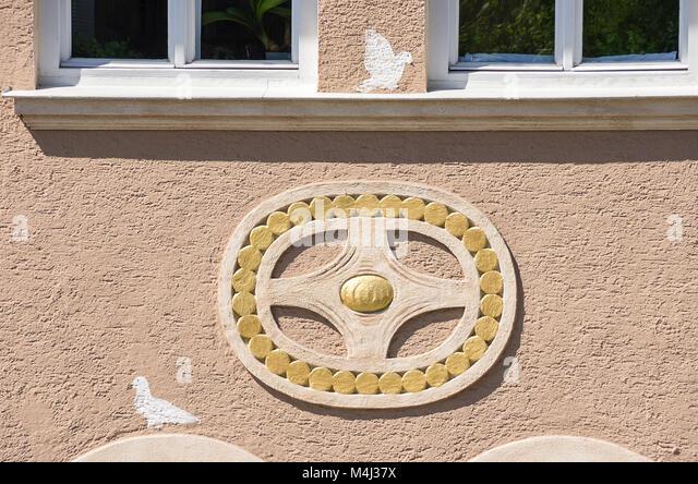 Dekorative Verzierung auf einem historischen Wohnhaus Fassade in Zwiesel, Bayerischer Wald, Bayern, Deutschland. Stockbild