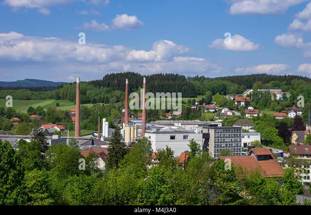 Zwiesel, Bayerischer Wald, Bayern, Deutschland; Blick über die Stadt und die Fabrik der Zwiesel Kristallglas Stockbild
