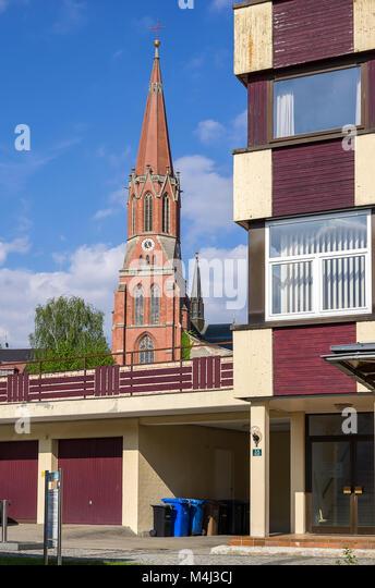 Moderne Architektur und Katholische Pfarrkirche St. Nikolaus in Zwiesel, Bayerischer Wald, Bayern, Deutschland. Stockbild