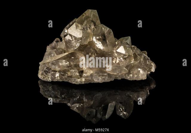 Leuchtende Kristalle und schwarzen Hintergrund Stockbild