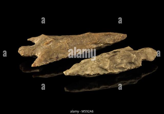 Zwei indische Pfeilspitzen und schwarzen Hintergrund Stockbild