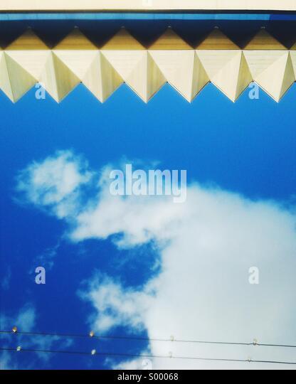 Abstrakt Architektur Detail gegen blauen Wolkenhimmel Stockbild