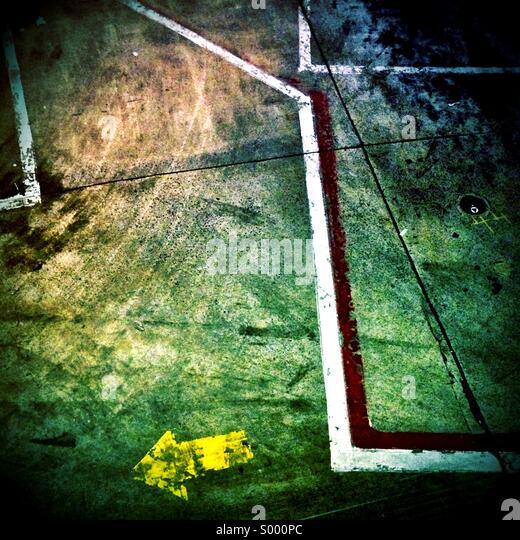Asphalt, Linien und Pfeile am Newark International Airport Stockbild