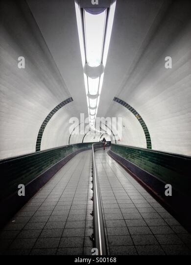 Frau zu Fuß durch Tunnel. Stockbild