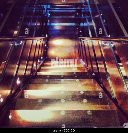 Treppe mit zeitgemäßer Beleuchtung Stockbild