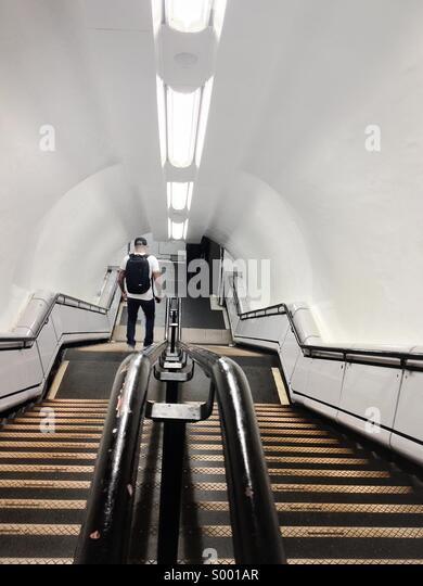 Mann geht die Treppe hinunter. London Underground. Stockbild
