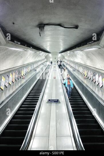 Menschen gehen die Treppe hinunter in Kentish Town Underground - London Stockbild