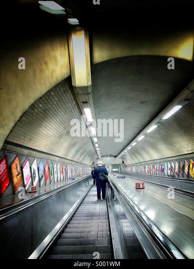 Pendler, gehen die Treppe hinunter in Kentish Town Underground Station Stockbild