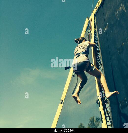 Mädchen auf einer Wand Abseilen klettern. Stockbild