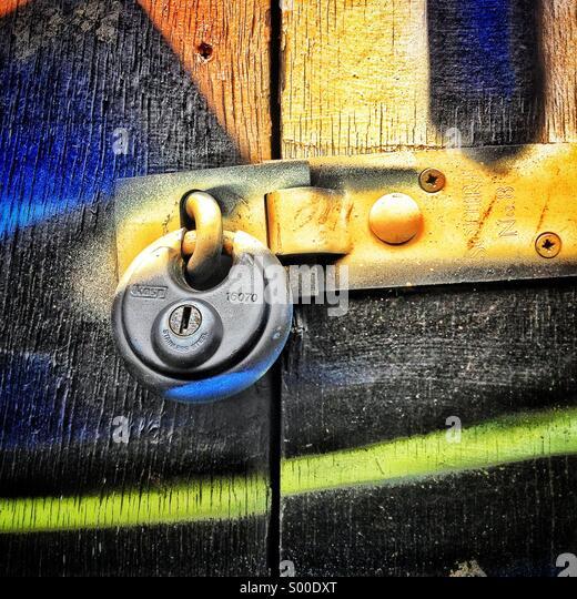 Graffiti auf Schloss an Tür Stockbild
