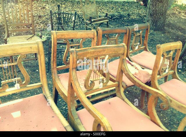 Stühle an einem im freien Verkauf Stockbild