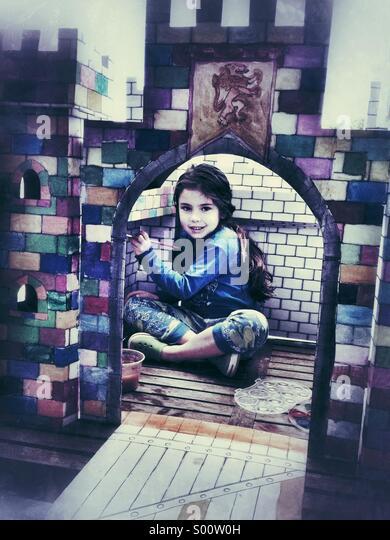 Mädchen im Schloss Stockbild