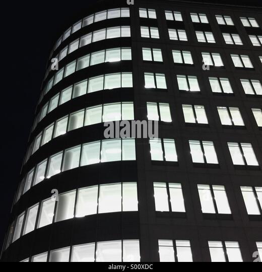 Leuchtet in einem leeren Gebäude in der Stadt oder London Stockbild