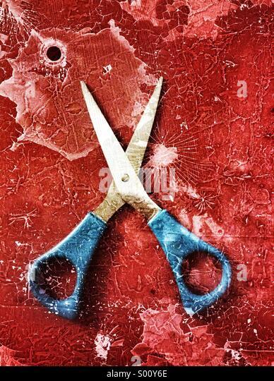 Schere mit einem blutgetränkten Hintergrund Stockbild