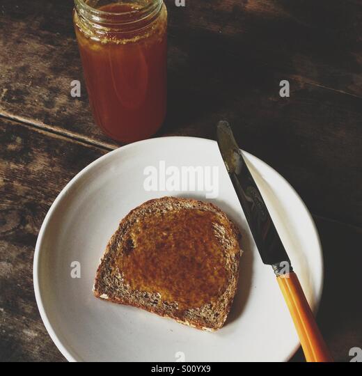 Bio-Roh-Honig aufs Brot. Stockbild