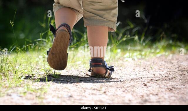 Kleiner Junge zu Fuß entfernt Stockbild