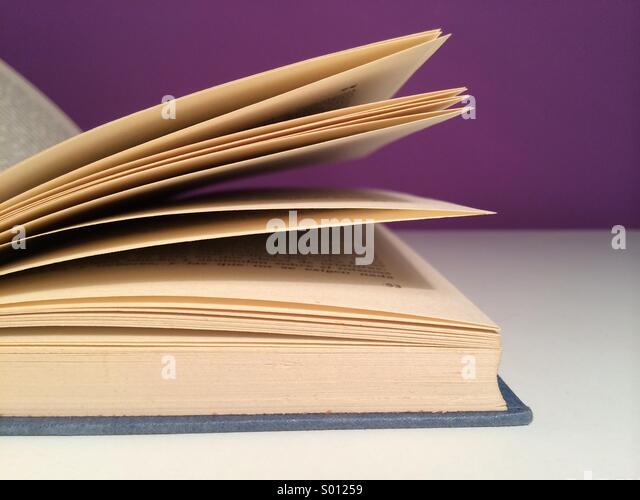 Offenes Buch auf weißen Tisch Stockbild