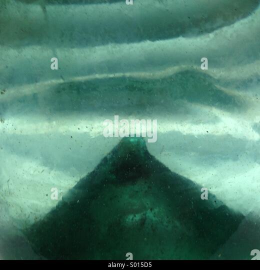 Abstrakten Blick auf Hefteisen innerhalb des antiken Hand geblasen Flasche. Stockbild