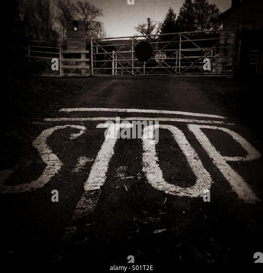 Stop-Schild am Bahnübergang Stockbild