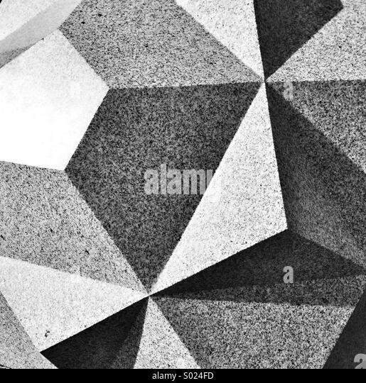 Abstraktes Bild von geschnitzten Facetten auf Granitblock Stockbild