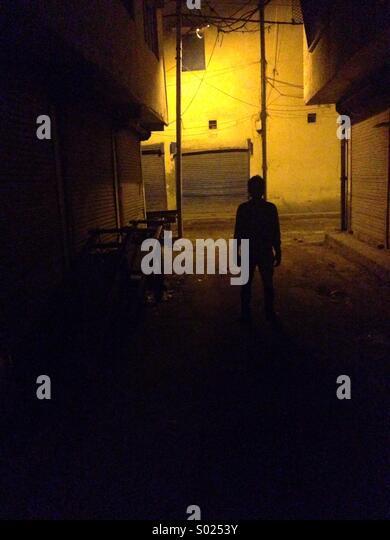 Ein Junge in Dunkelheit Stockbild