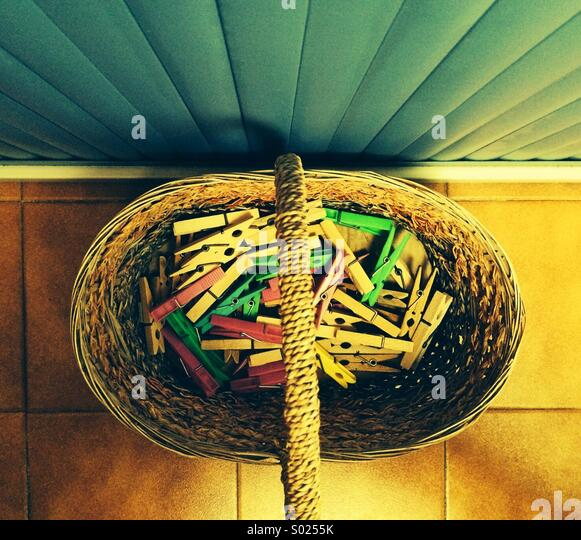 Wäscheklammern-Korb Stockbild