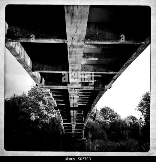 Unter der Brücke (schwarze & weiß) Stockbild