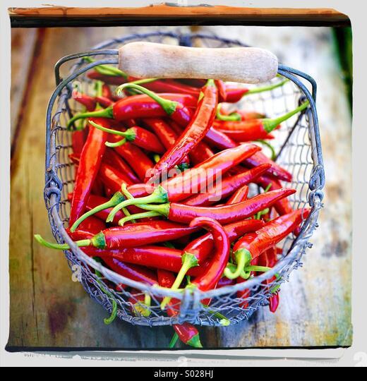 Korb von red hot chili peppers Stockbild