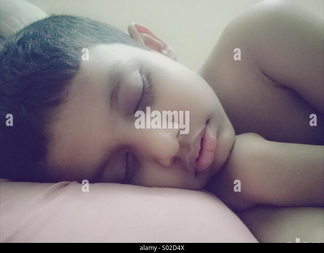 Jungen schlafen Stockbild