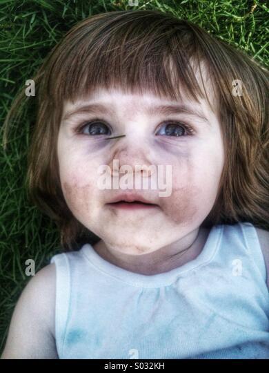 Kleinkind kaukasische Mädchen Verlegung in Rasen Stockbild