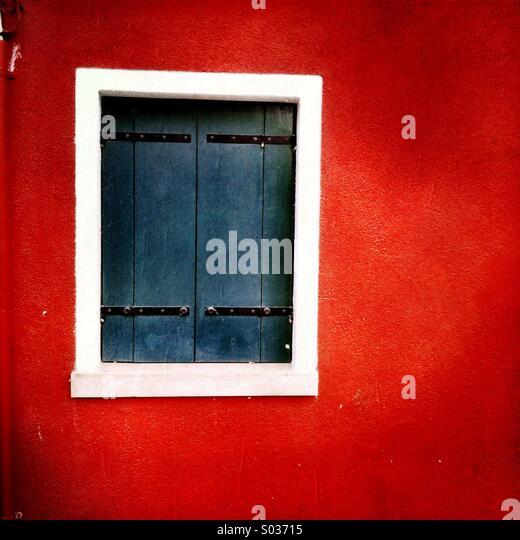 Ein Fenster von einem bunten Haus in Burano Italien. Stockbild