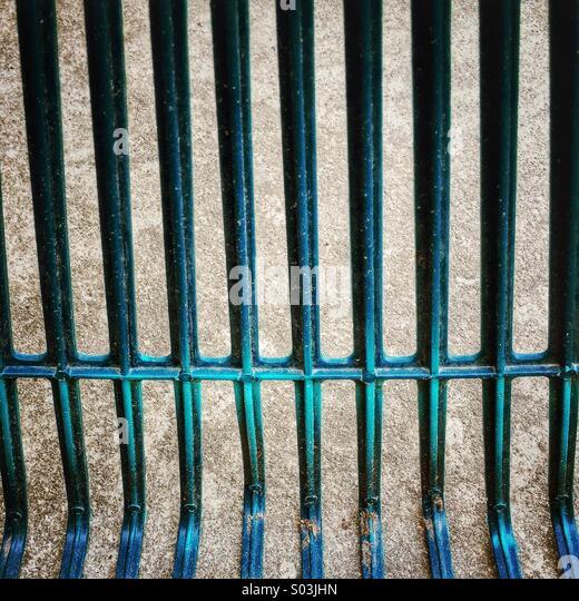 Makro-Zusammenfassung der grünen oder blauen Rasen Rechen sah aus wie Gefängnis Bars. Stockbild