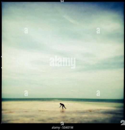 Kleines Mädchen erkunden den Strand in Florida, USA Stockbild