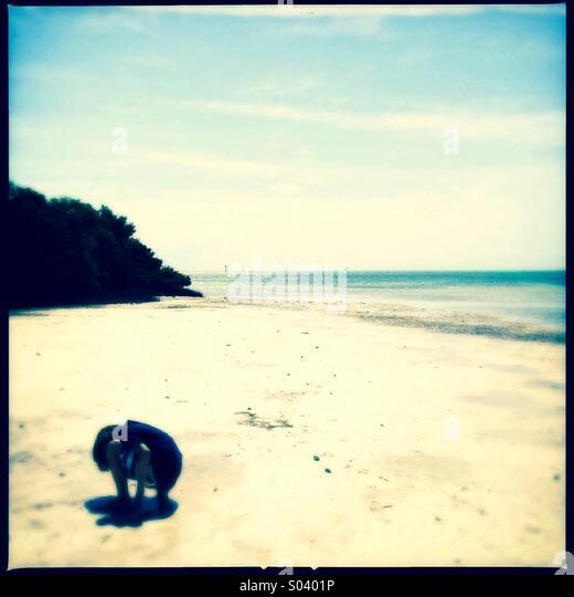 Kleiner Junge am Strand erkunden Stockbild