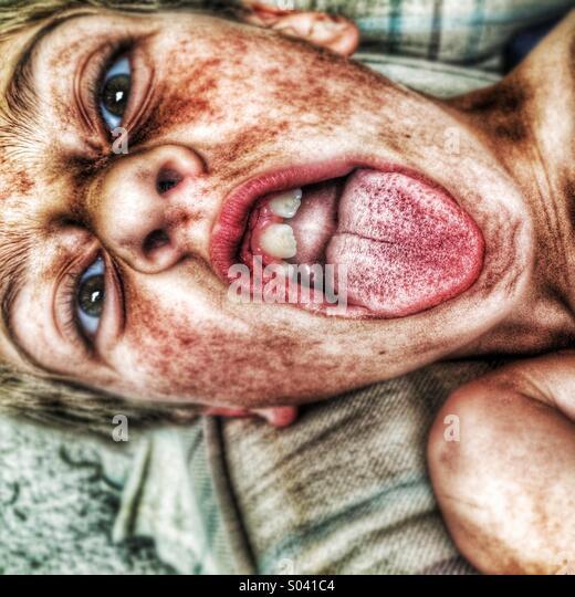 Ein Junge mit seiner Zunge heraus! Stockbild