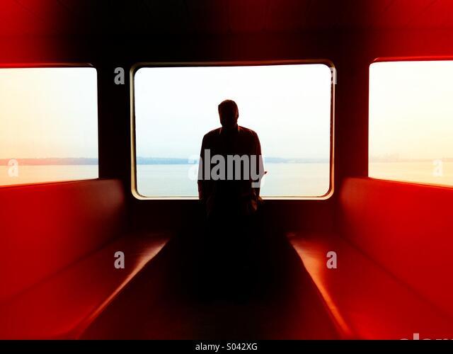 Silhouette eines Mannes in das Fenster einer Fähre im Puget Sound Stockbild