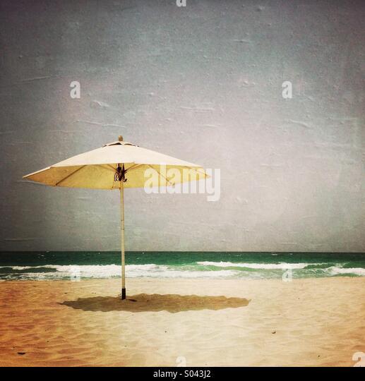 Ein Sonnenschirm am Strand. Abu Dhabi. Vereinigte Arabische Emirate. Stockbild