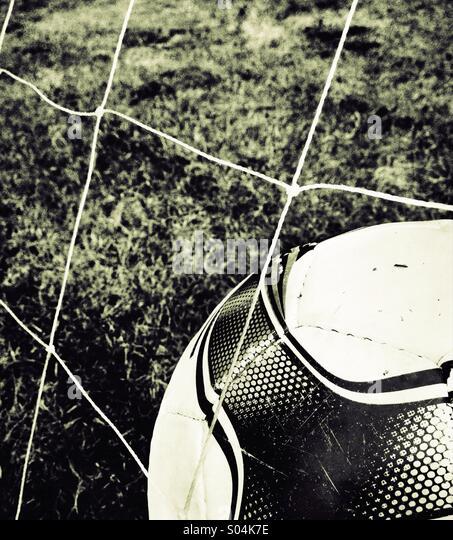 Fußball im Netz Stockbild