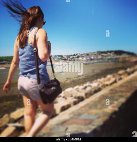Windiger Strandspaziergang Stockbild