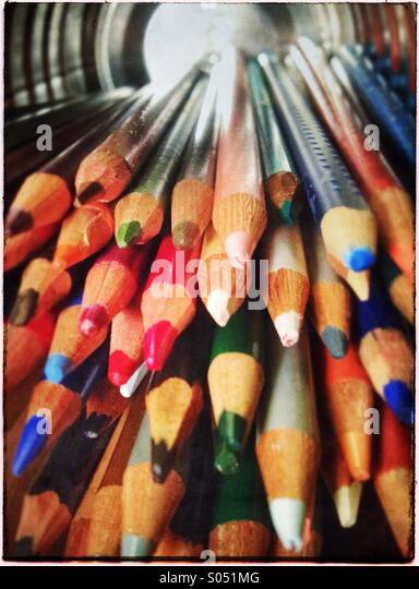 Sammlung von Farbstiften in Blechdose auf seiner Seite Stockbild