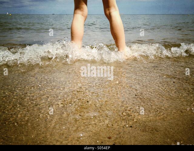 Junge am Meer Stockbild