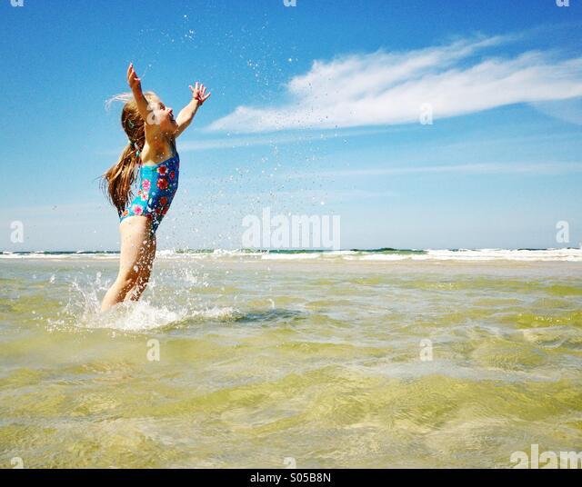 Kind das Meer genießen Stockbild