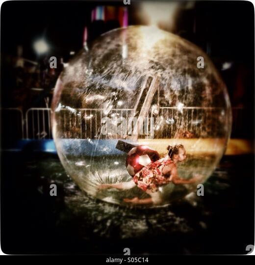 Kind in einer Blase. Stockbild