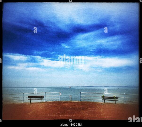 Bänke auf Morecambe direkt am Meer Stockbild