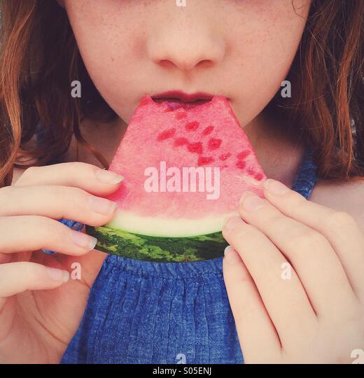 Mädchen isst Wassermelone. Stockbild