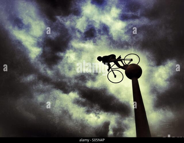 Radfahrer-Skulptur auf Southport direkt am Meer Stockbild