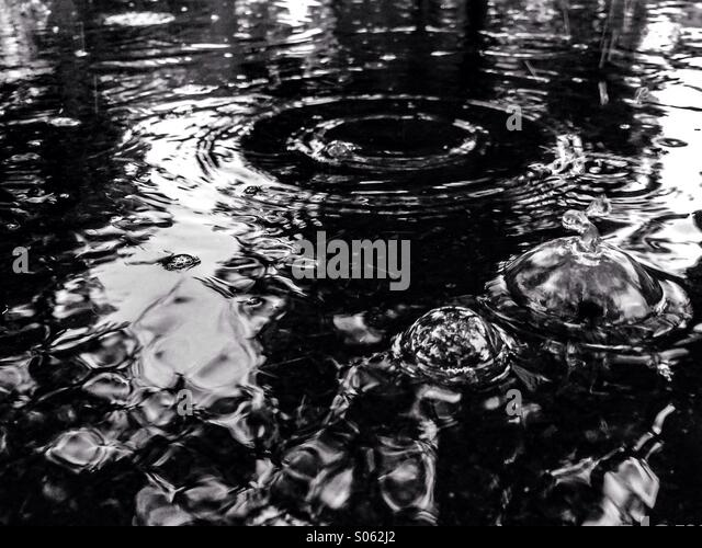 Regen-Pfütze mit bubbles Stockbild